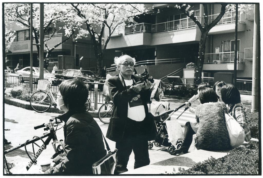 小石川の播磨坂で桜の写真を撮っていたアラーキーさん。